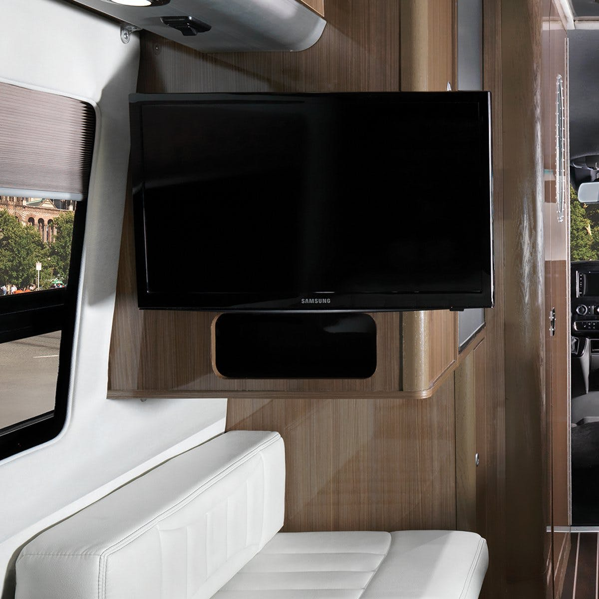 Airstream Interstate Nineteen Mercedes Benzlounge tv white leather