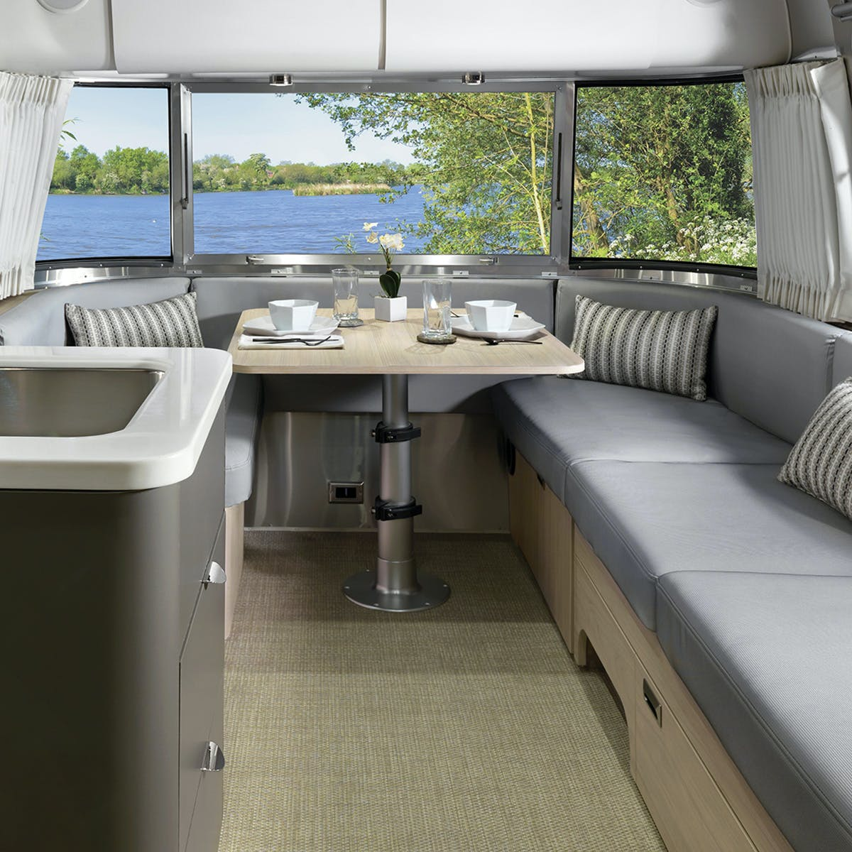 Globetrotter 27FB London Grey Dinette