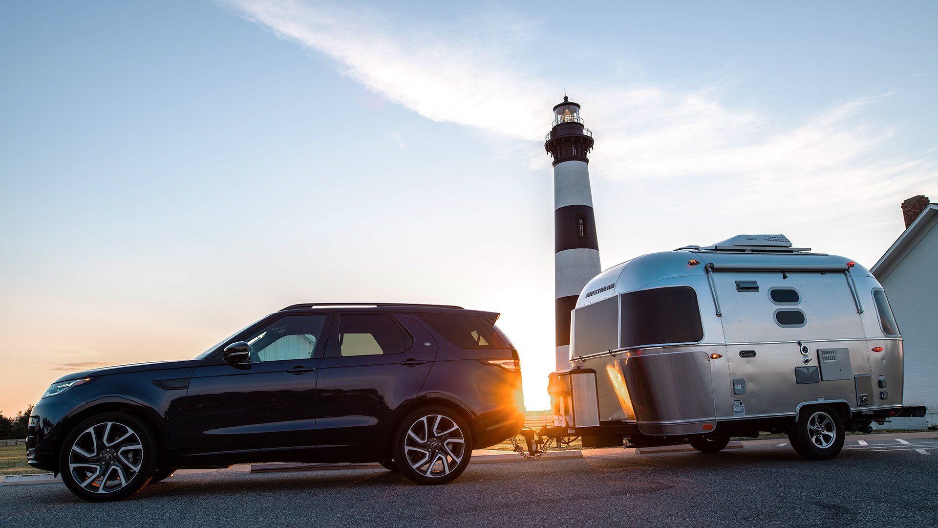 Airstream-Caravel-and-Land-Rover-Lighthouse