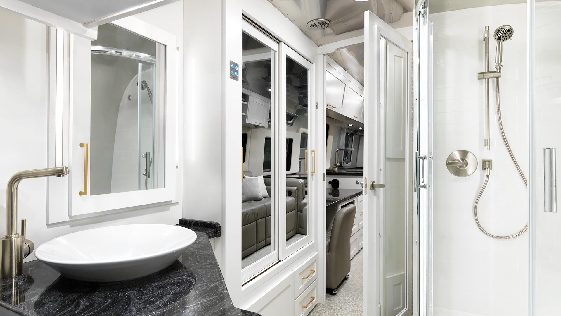 Airstream-Classic-33FB-Bathroom-Comfort-White