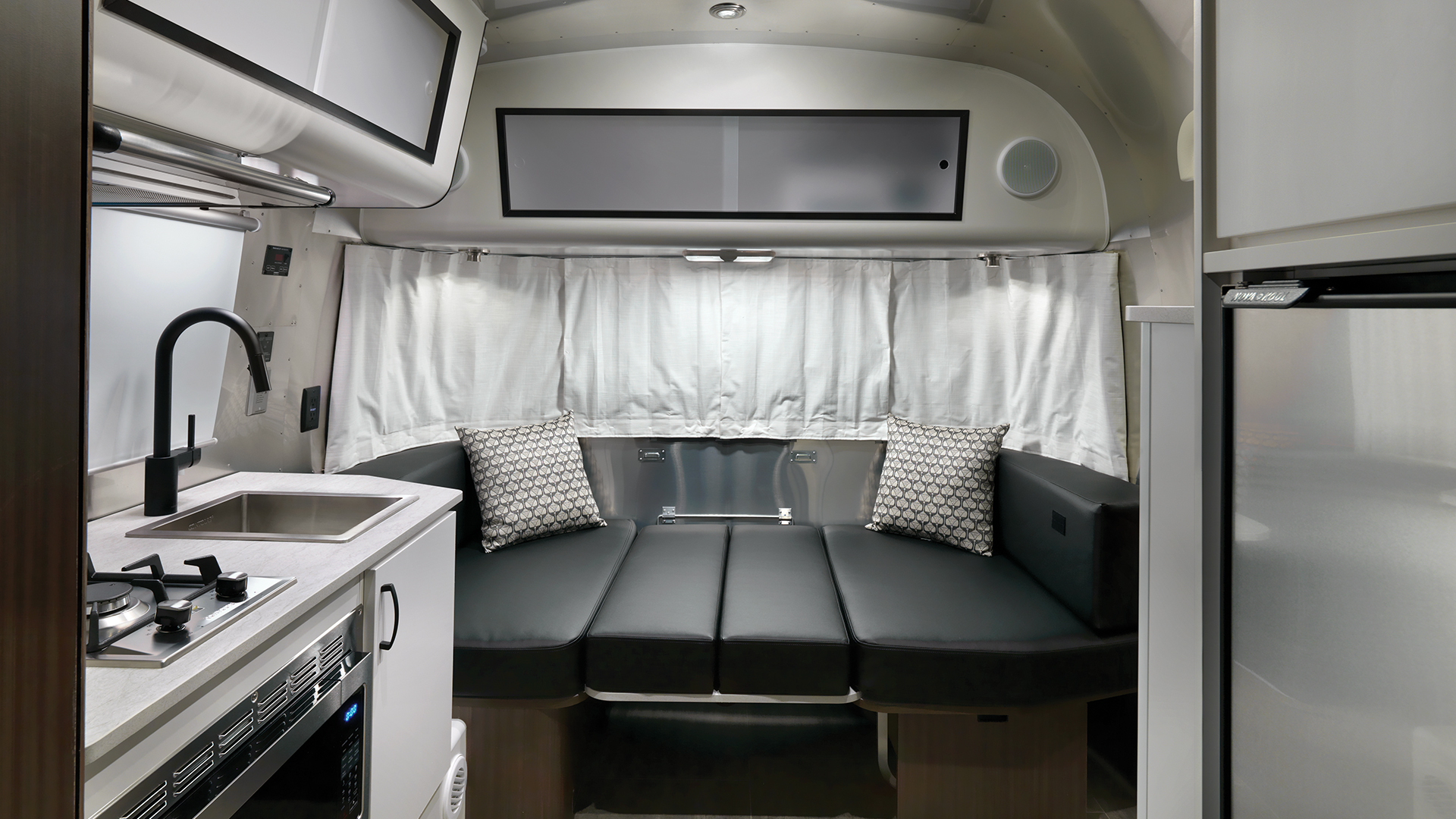 Airstream-Caravel-19CB-Floor-Plan-Dinette-in-Bed-Position