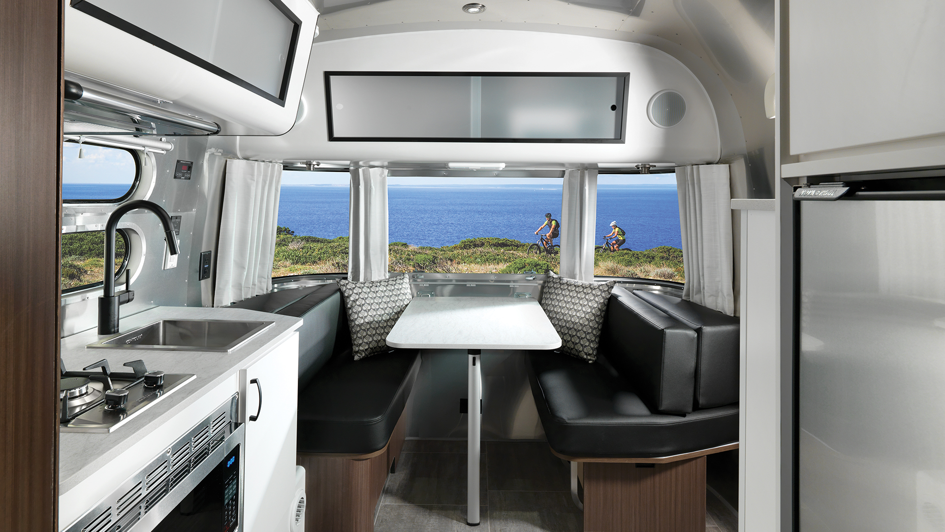 Airstream-Caravel-19CB-Floor-Plan-Interior-Dinette-in-Table-Position