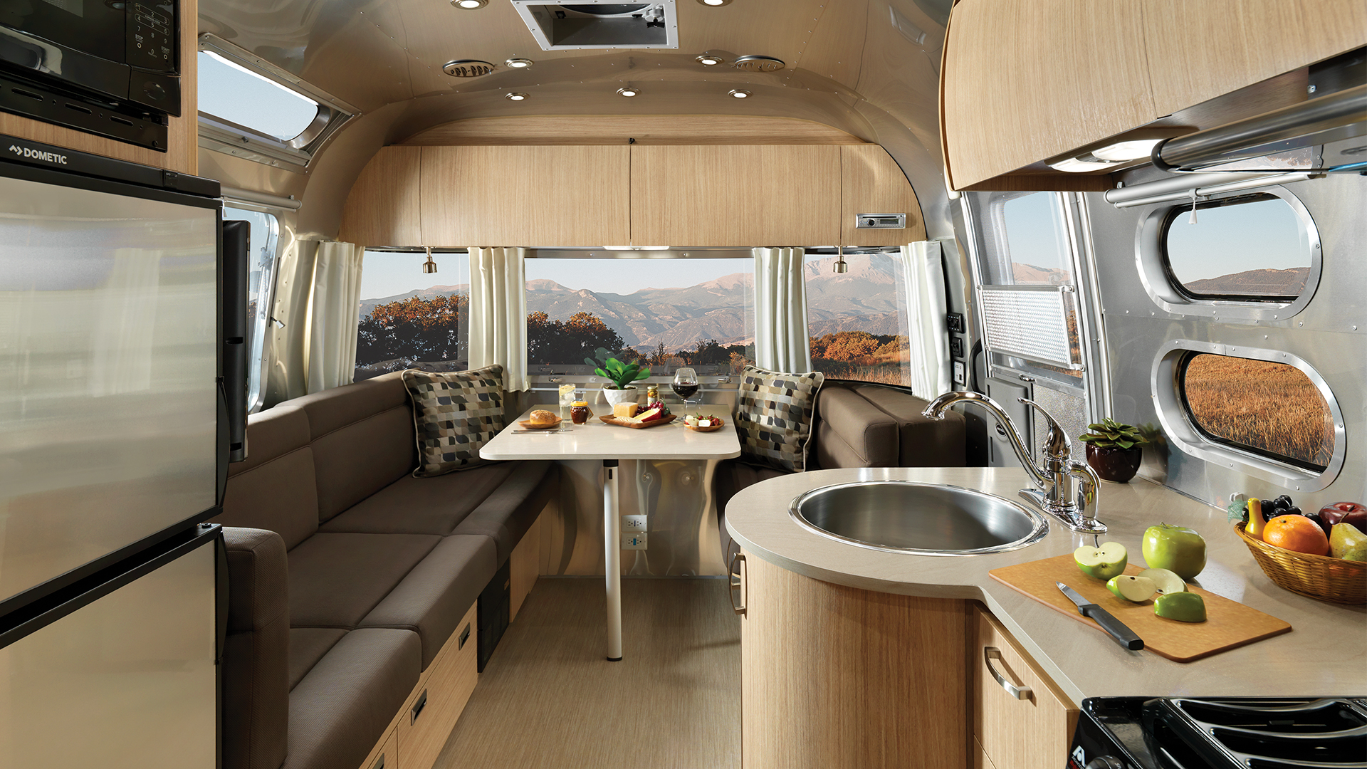 Airstream-Flying-Cloud-25RB-Dinette-and-Lounge-Interior