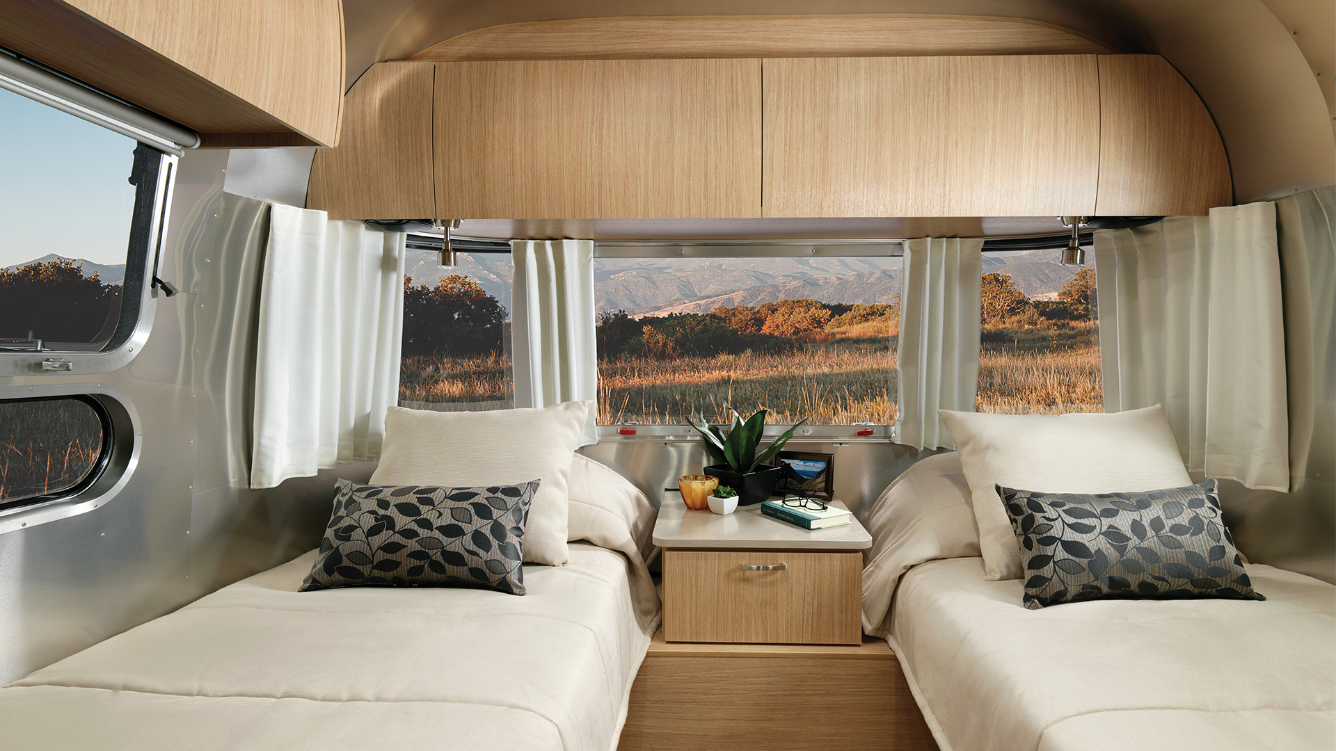 Airstream-Flying-Cloud-25RB-Twin-Bedroom-Interior