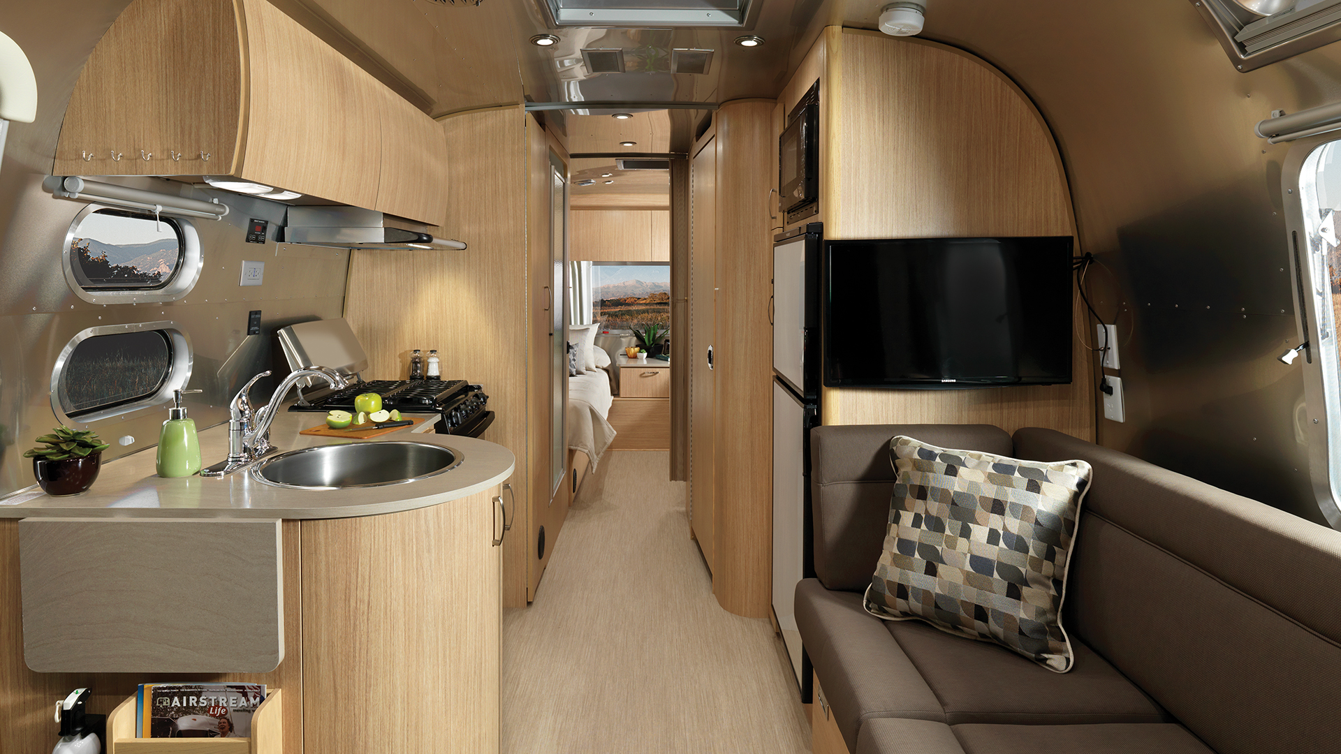 Airstream-Flying-Cloud-25RB-Twin-Interior-Front-to-Back