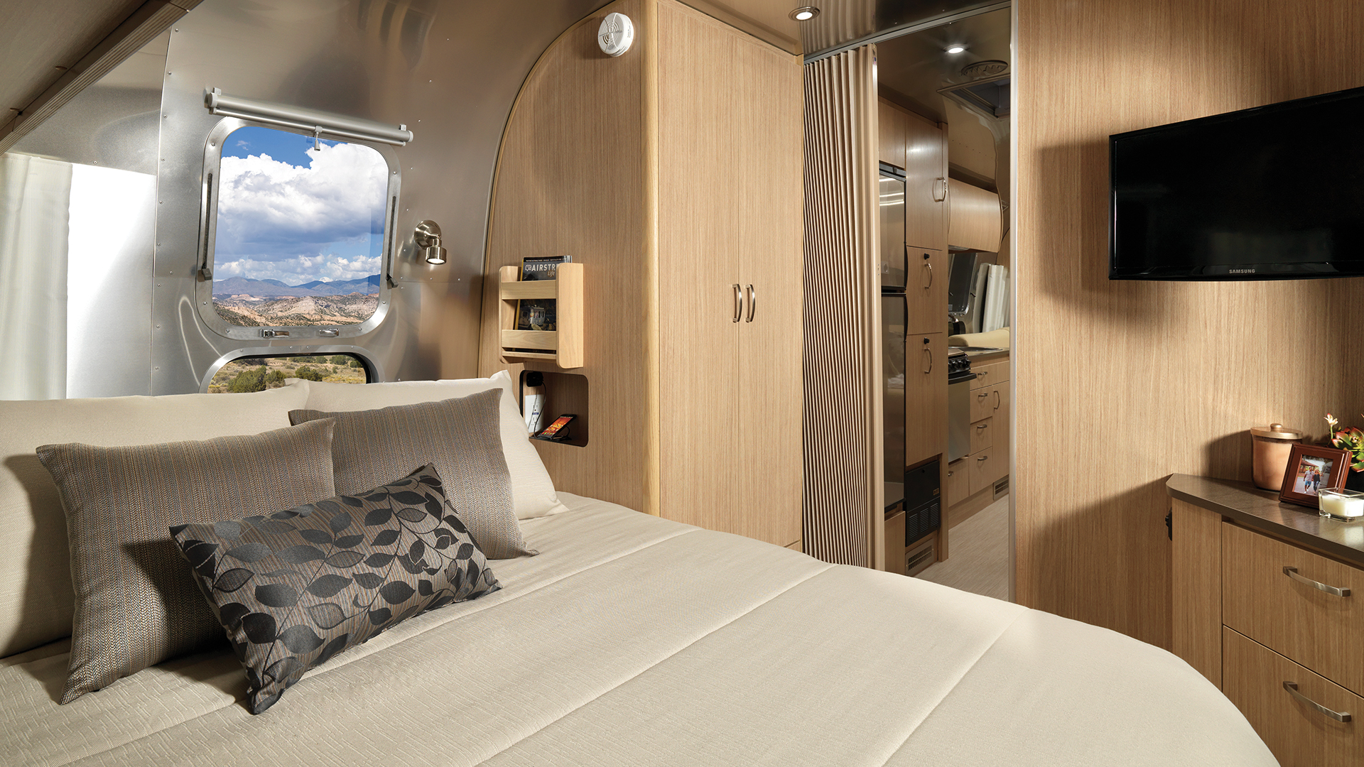 Airstream-Flying-Cloud-26RB-Queen-Bed-Interior