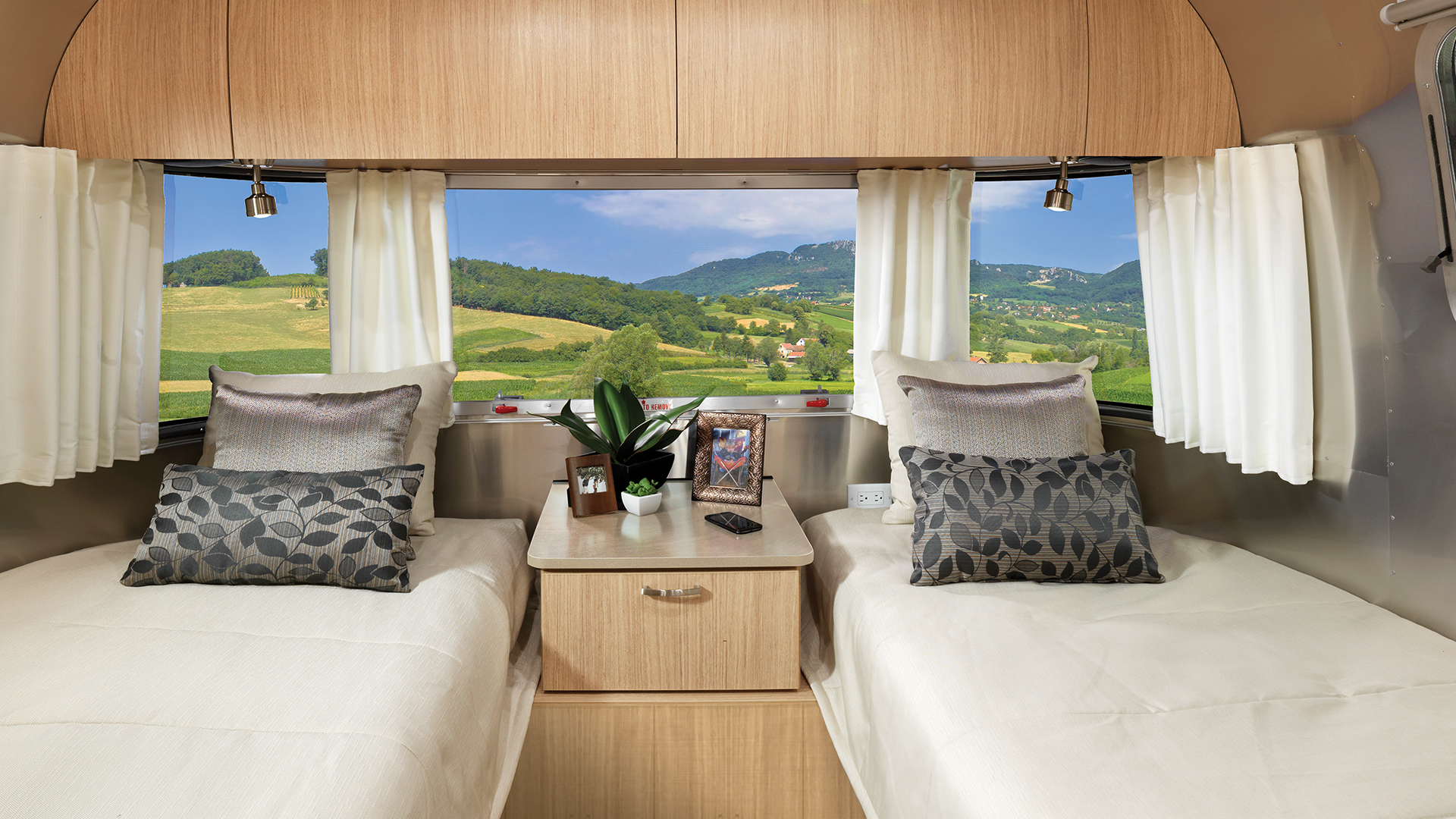 Airstream-Flying-Cloud-Twin-Bedroom-Interior-28RB-Twins