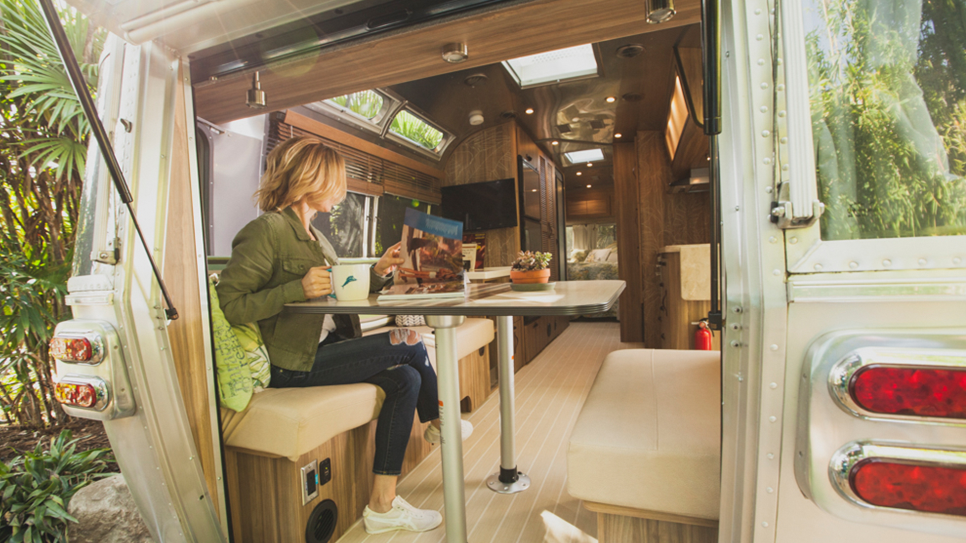 Rear-Hatch-Feature-Lifestyle-Airstream