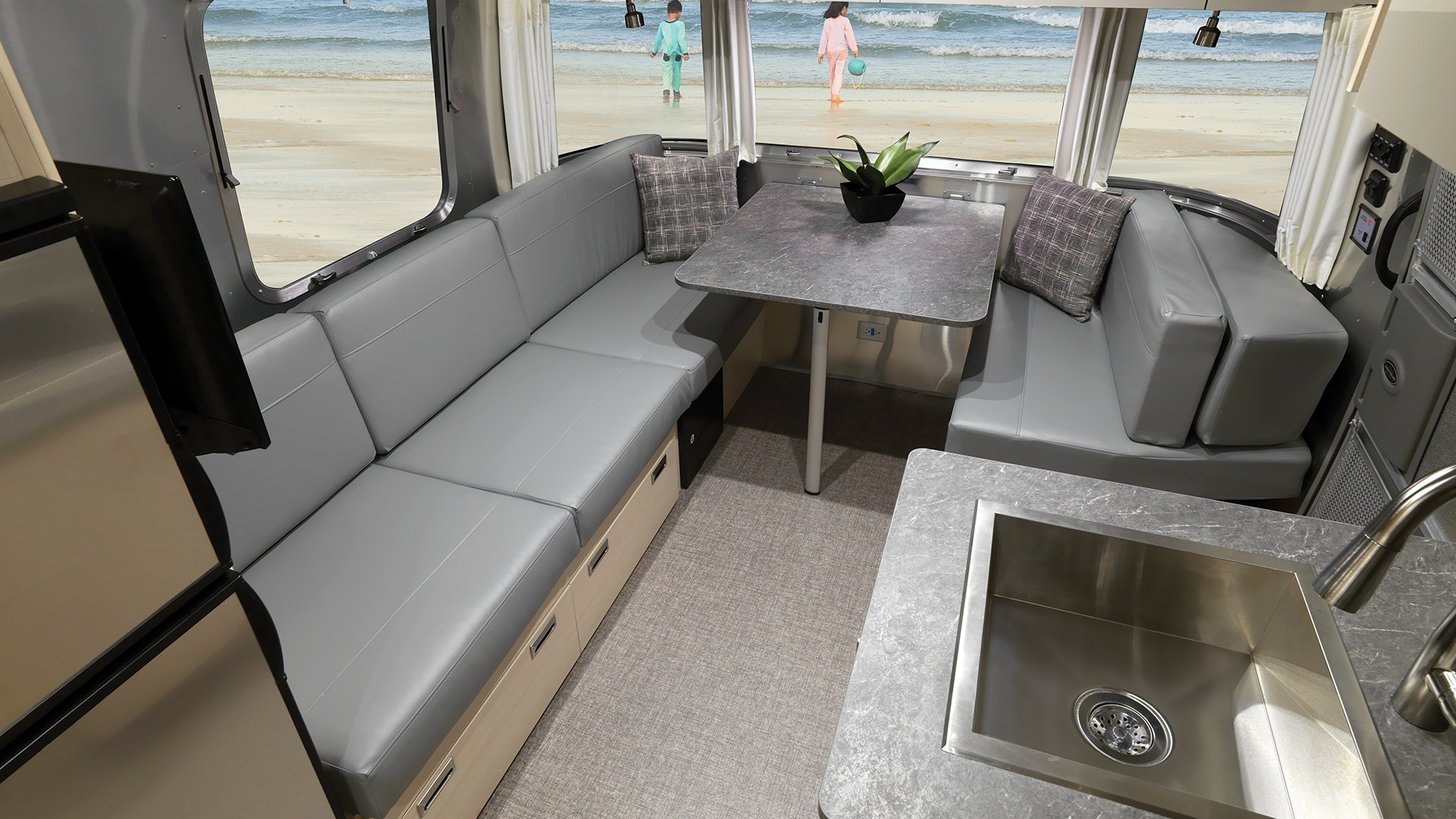 Airstream-Flying-Cloud-2021-25-Dinette