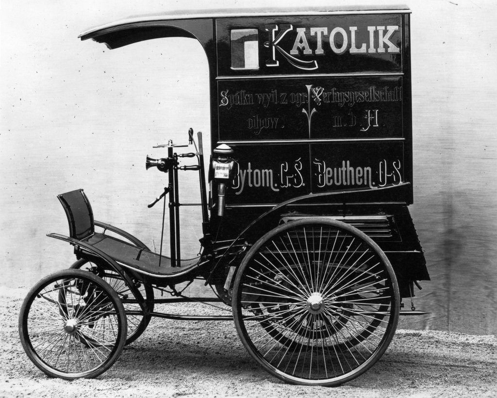 Combination delivery vehicle of 1896: Carl Benz gradually began converting his passenger cars to vans.