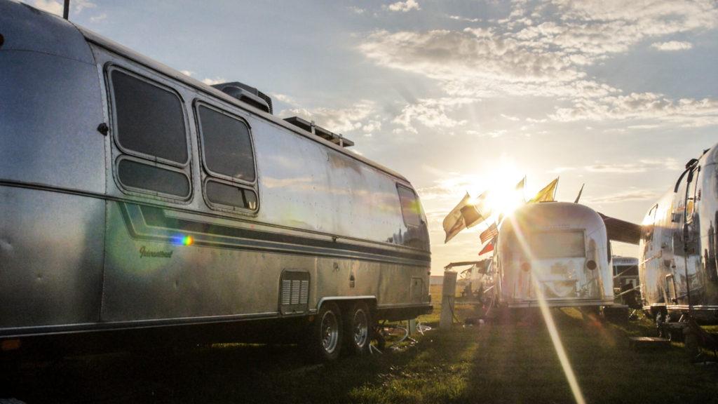 Airstream-Alumination-Travel-Trailer-with-sunset