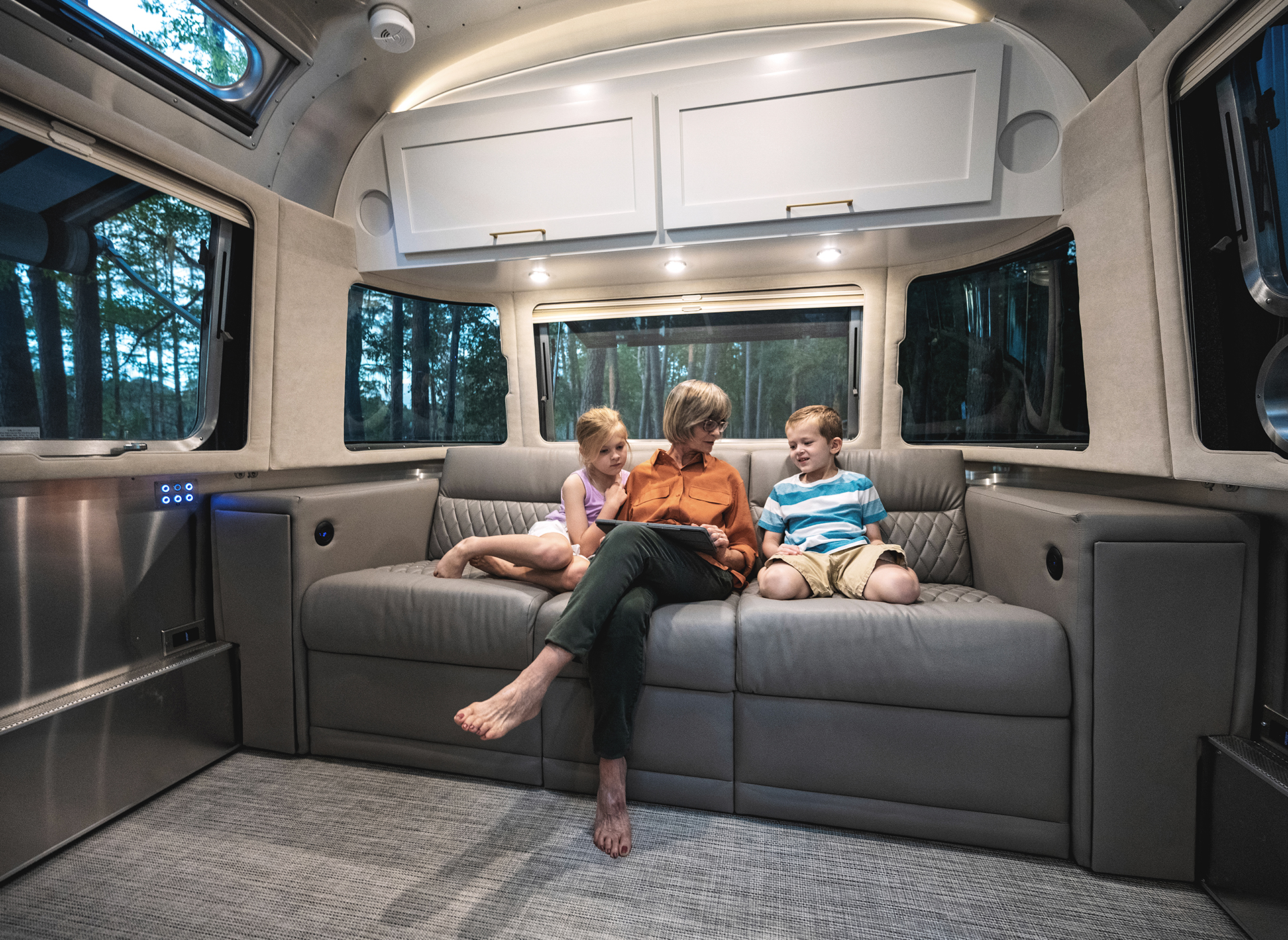 Airstream-Classic-30RB-Front-Power-Lounge-Sofa