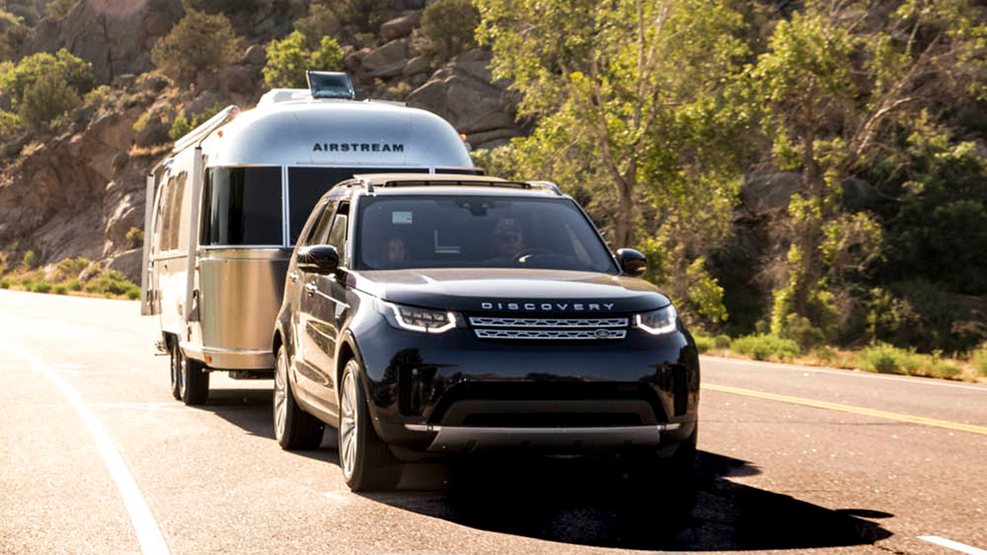 SUV-pulling-an-Airstream