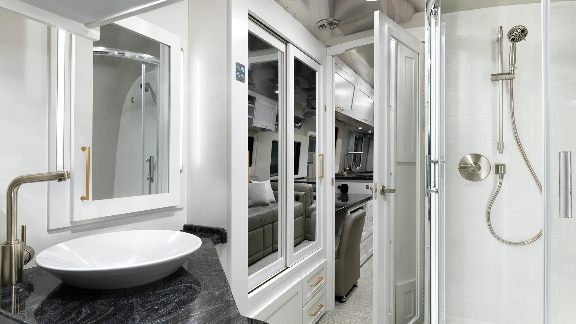 Airstream-Classic-Bathroom-33FB-Front