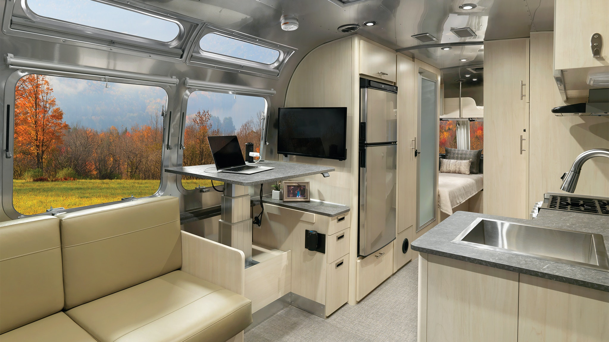 Airstream-Flying-Cloud-Powered-Standing-desk-option-Feature